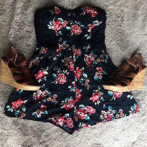 Other - 💐strapless floral romper WITH pockets😍